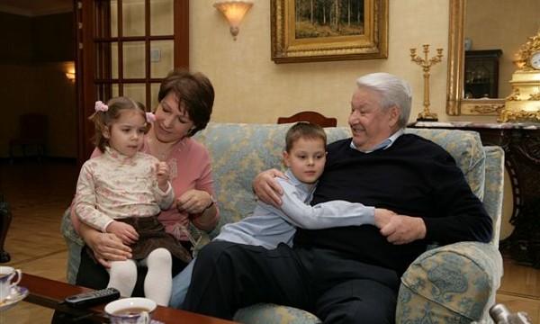 Борис Ельцин с дочерью Татьяной и внуками