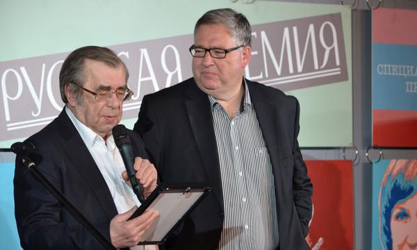 Сергей Чупринин вручает награду Алексею Макушинскому
