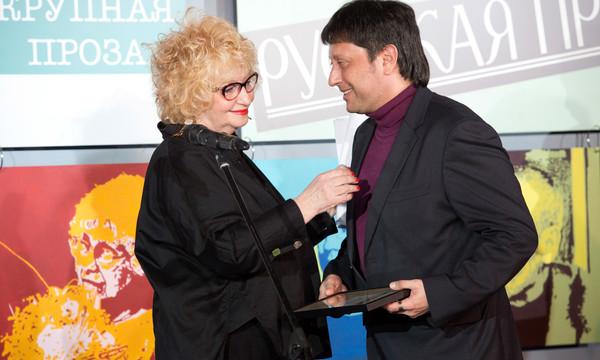 Елена Скульская вручает награду Андрею Краснящих. Фото Александра Басалаева