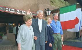 Б.Н. Ельцин в минуты отдыха, в кругу семьи, в частной жизни. Неофициальные встречи с иностранными лидерами.