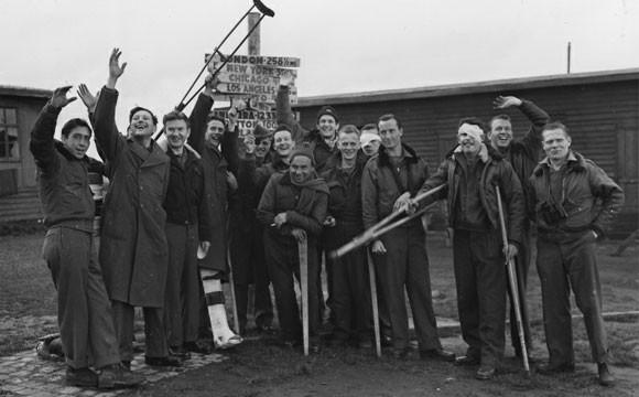 Освобожденные из плена британцы и американцы стоят на территории лагеря военнопленных Дюлаг-Люфт в немецком Вецларе