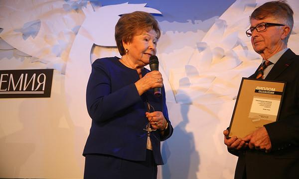 Наина Иосифовна Ельцина вручает приз Жоржу Нива. Фото Александра С. Курбатова