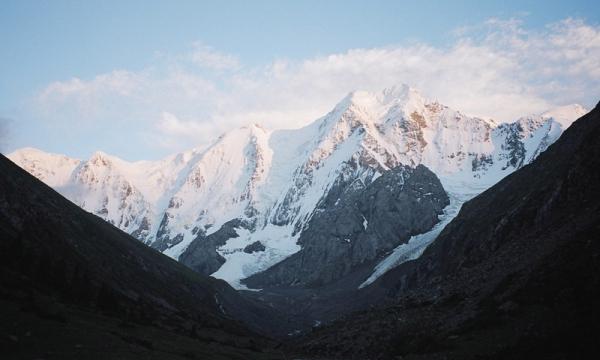 Массив Огуз-Баши с севера в лучах заходящего солнца.